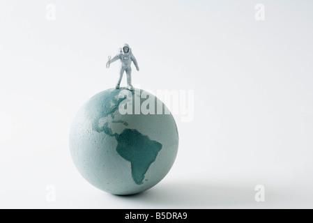 Miniatur-Astronaut Stand am Anfang von Globus - Stockfoto