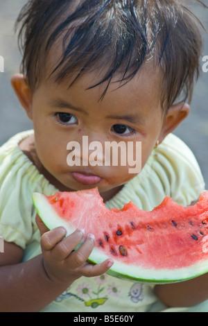 Junge Mädchen essen Wassermelone auf Gili Trawangan, Lombok Insel in Indonesien - Stockfoto