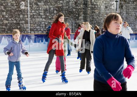 Menschen-Eislaufen auf einer Eisbahn eingerichtet am Tower of London. - Stockfoto