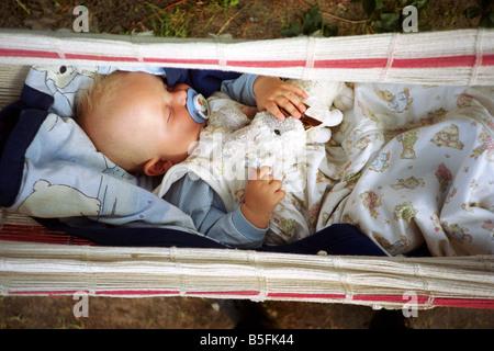 Baby schlafen in einer Hängematte - Stockfoto