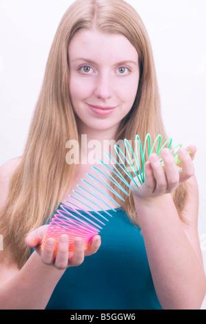 Teenager-Mädchen mit slinky - Stockfoto