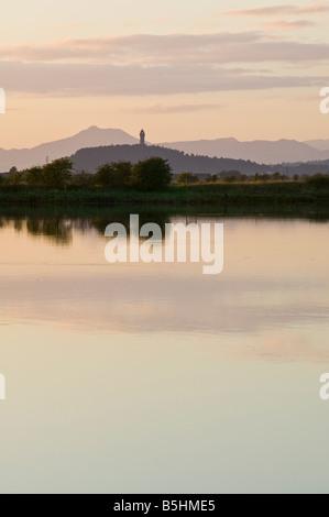 Das National Wallace Monument betrachtet über den Fluss Forth, Stirling, Schottland, Großbritannien. - Stockfoto