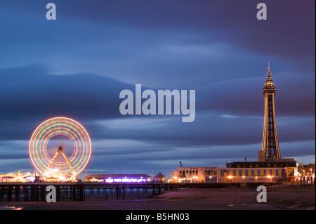 Das Riesenrad auf dem zentralen Pier und der Blackpool Tower, Blackpool, Lancashire, England, Vereinigtes Königreich. - Stockfoto