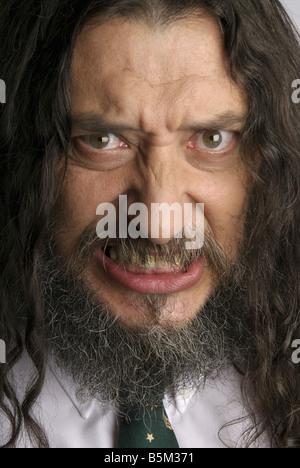 Mann mit langen Haaren und Bart mit Krawatte. - Stockfoto