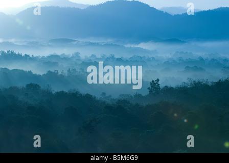 Nebligen Morgen des hügeligen Gegend mit Lichtstrahl - Stockfoto