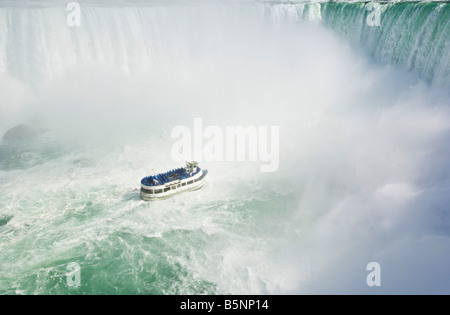 Mägde des Bootes Nebel Kreuzfahrt mit Touristen in blauen Regenmäntel Horseshoe Falls-Niagara-Fälle an der Niagara - Stockfoto