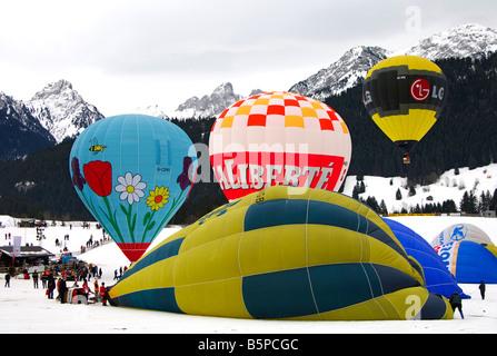 Heißluftballons auf Start Seite, Internationale Ballonfestival, Chateau d Oex, Schweiz - Stockfoto