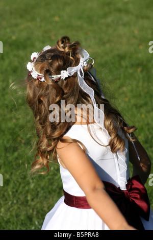 Eine Hochzeit im Sommer draußen nachlaufen Blumenmädchen - Stockfoto
