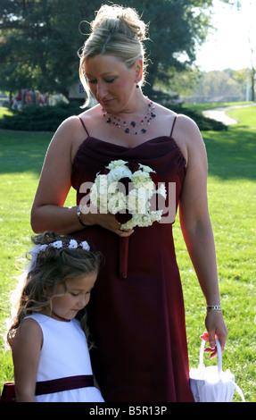 Ein Porträt von Bräute Dienstmädchen und ein Blumenmädchen auch Mutter und Tochter - Stockfoto