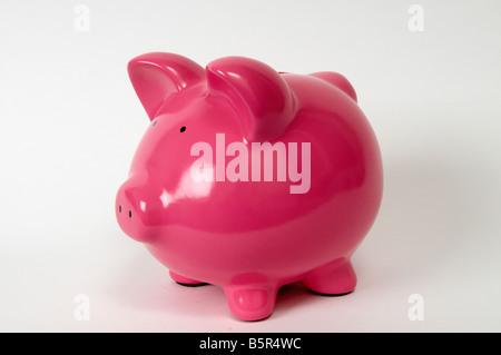 halbe Seitenprofil einer rosa Piggy Bank auf weißem Hintergrund - Stockfoto