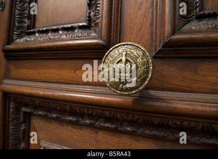 Detail der Türklinke an Tür, HM Fiskus Einnahmen & Customs HMRC in Whtehall, London - Stockfoto