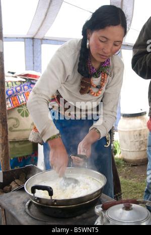 Nomadische tibetischen Frau Kochen in ihr Zelt. Grasland, Sichuan, China. - Stockfoto