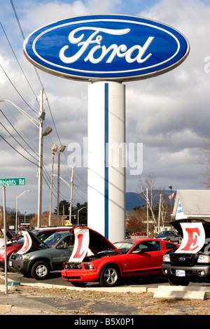 Ford Autohaus Auto viel mit Autos zum Verkauf. - Stockfoto