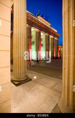 Berühmte Sehenswürdigkeit der Stadt Berlin das Brandenburger Tor mit bunten Beleuchtung während des Festival of - Stockfoto