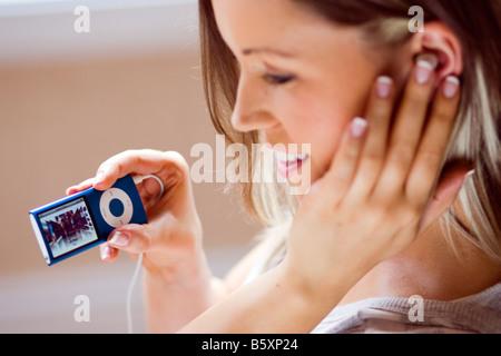 """Mädchen hören auf """"iPod"""" - Stockfoto"""