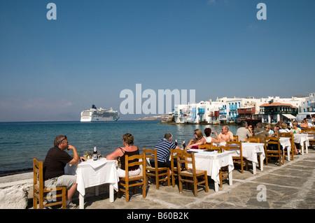 """Kreuzfahrtpassagiere im Waterfront Restaurant im Bereich """"Klein-Venedig"""" von Mykonos, Griechenland - Stockfoto"""