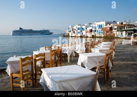 """Freie Tische im Restaurant am Meer im Bereich """"Klein-Venedig"""" von Mykonos Griechenland - Stockfoto"""