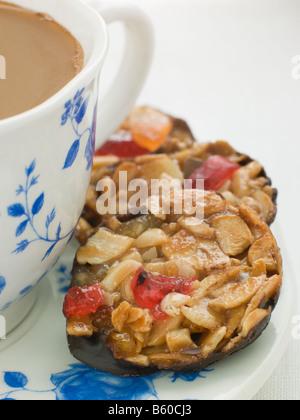 Petit Florentiner mit einer Tasse Tee - Stockfoto