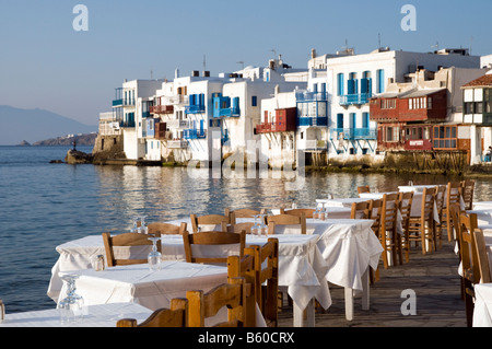 """Freie Tische im Restaurant am Meer im Bereich """"Klein-Venedig"""" von Mykonos, Griechenland - Stockfoto"""