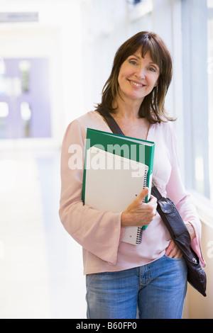 Frau im Flur mit Büchern (high-Key) - Stockfoto