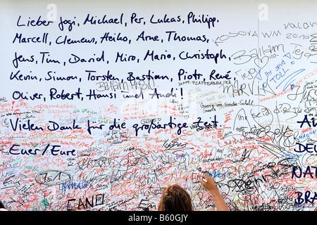 Sammlung von Unterschriften für die deutsche Fußball-Nationalmannschaft bei der Fan-Meile, Fanmeile 2008 vor dem - Stockfoto