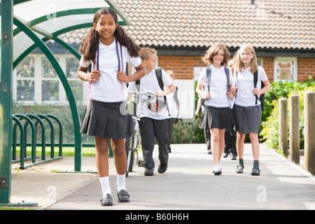 Studenten verlassen der Schule eine mit dem Fahrrad - Stockfoto