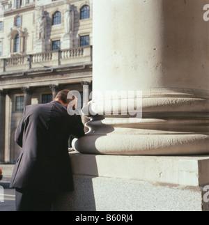 Geschäftsmann im Anzug Kopf in der Hand am Schwarzen Freitag 2008 Crash außerhalb der Royal Exchange & Bank von - Stockfoto
