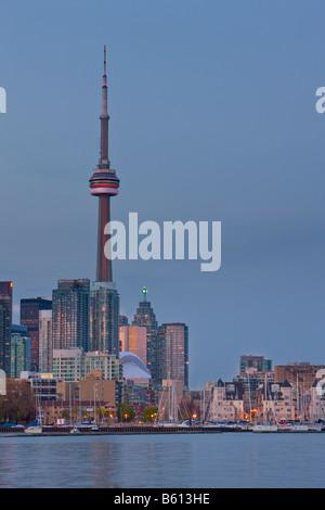 Skyline von Toronto City gesehen von Ontario Place, Toronto, Ontario, Kanada in der Abenddämmerung - Stockfoto