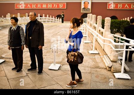 Touristen posieren vor dem Tor des himmlischen Friedens in der Nähe von Platz des himmlischen Friedens in Peking - Stockfoto