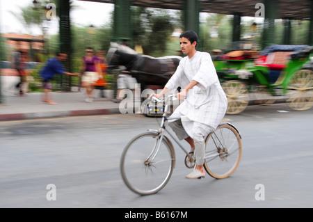 Mann auf einem Fahrrad, Marrakesch, Marokko, Afrika - Stockfoto