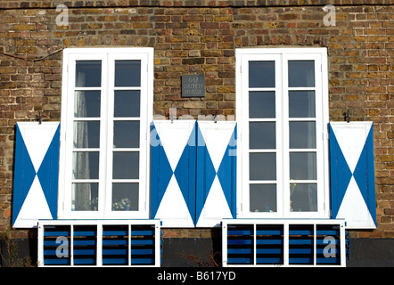 blauen fensterl den auf windows auf haus in montazels aude s dfrankreich stockfoto bild. Black Bedroom Furniture Sets. Home Design Ideas