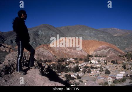 Touristischen blickt auf das Dorf von Purmamarca und der Berg der sieben Farben, Quebrada de Humahuaca, Argentinien - Stockfoto