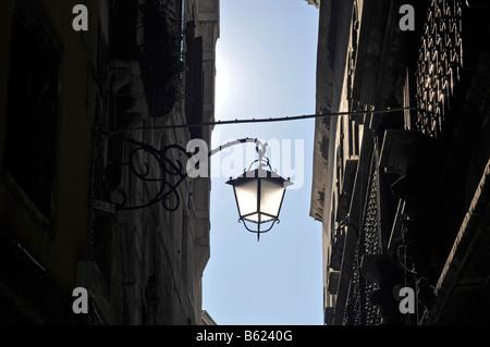 Straßenlaterne in einer engen Gasse, Rialto, Venedig, Italien, Europa - Stockfoto