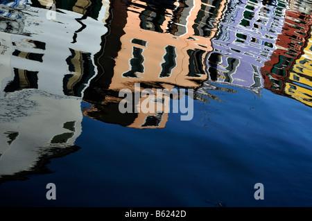 Bunten Reihenhäuser spiegelt sich im Wasser, Burano Insel in der Nähe von Venedig, Italien, Europa - Stockfoto
