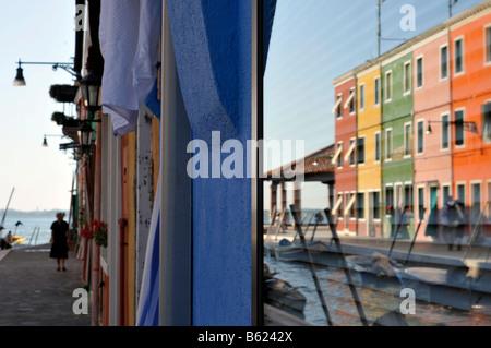Bunten Reihenhäuser spiegelt sich in einem Fenster, Burano Insel in der Nähe von Venedig, Italien, Europa - Stockfoto