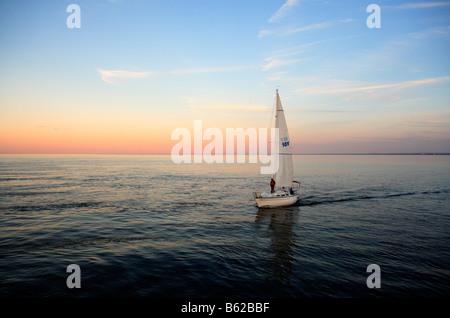 Ein Segelboot bei Sonnenuntergang am riesigen Lake Superior in der Nähe von Duluth, Minnesota. - Stockfoto