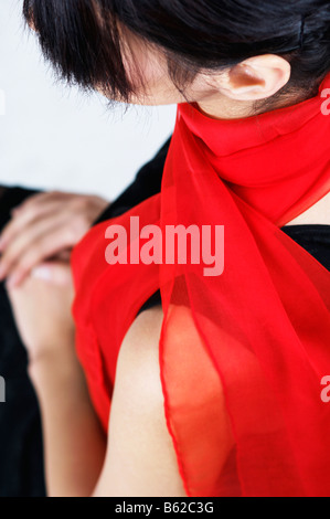 Junge Frau trägt rot - Stockfoto