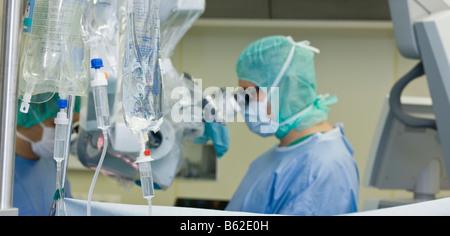 Neurochirurg Mikroskop während chirurgischen Eingriffs um zu entfernen, einen gutartigen Gehirntumor, Reykjavik, - Stockfoto