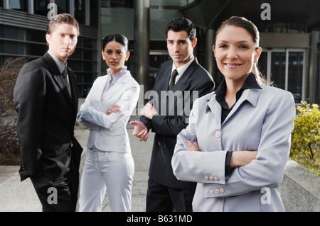 Vier Führungskräfte zusammenstehen - Stockfoto