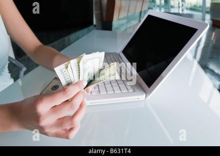 Nahaufnahme einer Geschäftsfrau Hand zählen US-Papier-Währung - Stockfoto