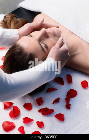 Nahaufnahme einer jungen Frau, die erste Massage von einer Masseurin - Stockfoto