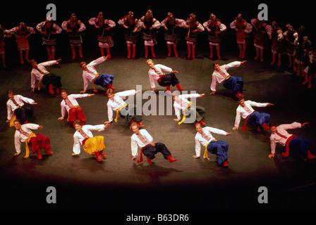 Die ukrainischen Shumka Tänzer aus Edmonton Alberta Kanada auf der Bühne in traditioneller Tracht - Stockfoto
