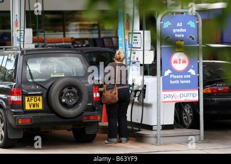 Menschen, die Schlange für Benzin an der Tankstelle Tesco in Cambridge. - Stockfoto