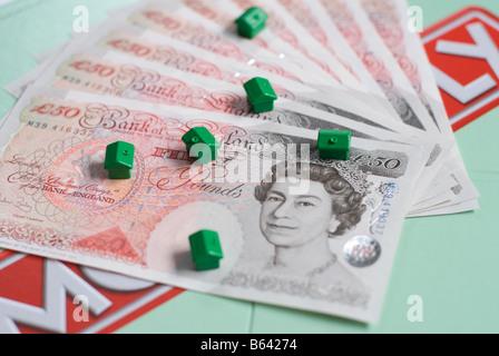 Pfund und Häuser auf ein Monopol Brettspiel - Stockfoto