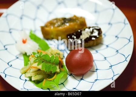 Japanisches Essen, zubereitet von Tofu, eingelegtes Gemüse, garniert mit Sancho Blätter und Kugel aus Bohnenpaste - Stockfoto