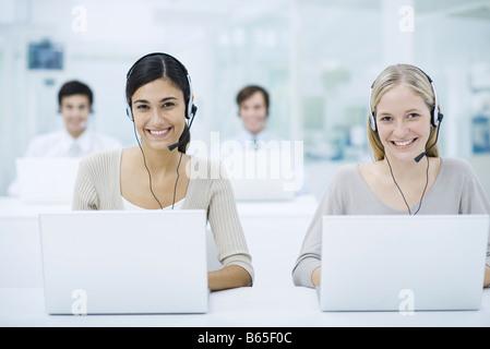 Telemarketing im Call center, Lächeln - Stockfoto