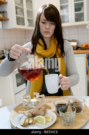 Young Girl Tee trinken - Stockfoto