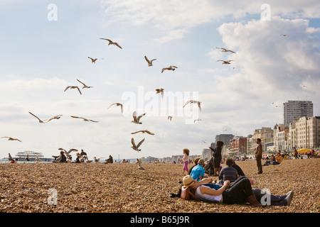 Menschen entspannen am Strand von Brighton - Stockfoto