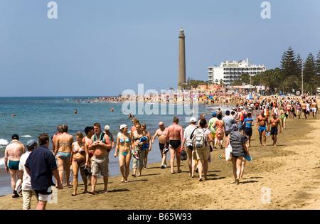 Massen von Touristen zu Fuß am Strand von Maspalomas Gran Canaria Spanien - Stockfoto