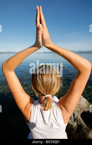 Frau an einem See zu meditieren - Stockfoto